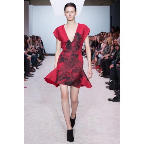 Sfilata GBV rosso rose nere